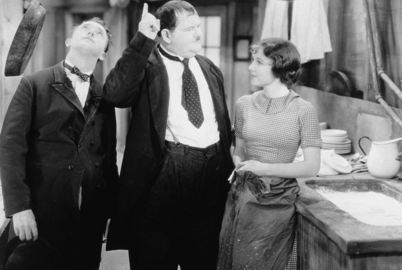 rosina lawrence naast laurel en hardy in way out west 01